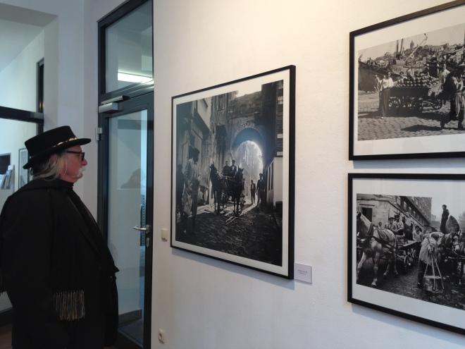Noch bis zum 12. April sind ab heute die Fotos von Ara Güler, einem Armenier aus Istanbul in Monschau zu sehen. Über 100 Fotos füllen die Wände von drei Etagen im Kunst- und Kulturzentrum der Städteregion Aachen (KuK).