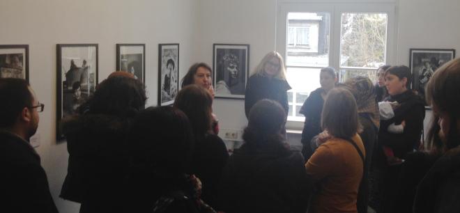 Die Leiterin des KuK, Dr. Nina Mika-Helfmeier führt durch die Ausstellung. Sie spricht über die Bilder und die Melancholie, die sie ausstrahlen.