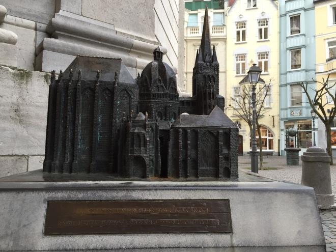 Der Dom in Bronze. Und hinten rechts sieht man das vermutlich schmalste Haus von Aachen.