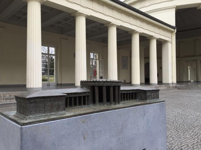 Der Eisenbrunnen und sein Tastmodell. Hier können Sehbehinderte und Blinde den Baukörper mit den Händen sehen.