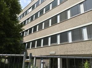 Auch von diesem leerstehenden Gebäude an der Adenauer Allee war die rede. Es kommt für Flüchtlinge nicht infrage, denn innen sind alle Leitungen und Kabel aus den Wänden gerissen, außen fallen Platten ab. Die Sanierung würden 2 Jahre dauern und Millionen kosten.