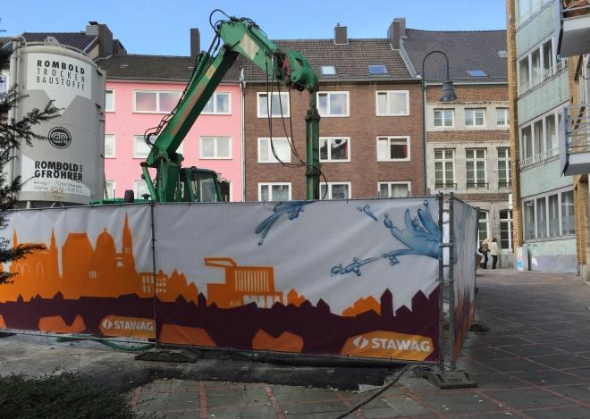 Diese erhebende Anblick bietet sich denen, die von der Rennbahn aus die Klappergasse 12 anstreben. Mit Blick ausf die Häuserzeile in der unteren Jakobstraße.