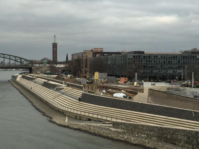 Blick auf die neue Freitreppe in Köln-Deutz. Zu sehen ist auch das LVR-Gebäude. Der Landschaftsverband Rheinland (LVR) agiert bei Neubauten deutlich glücklicher als die Stadt Köln.