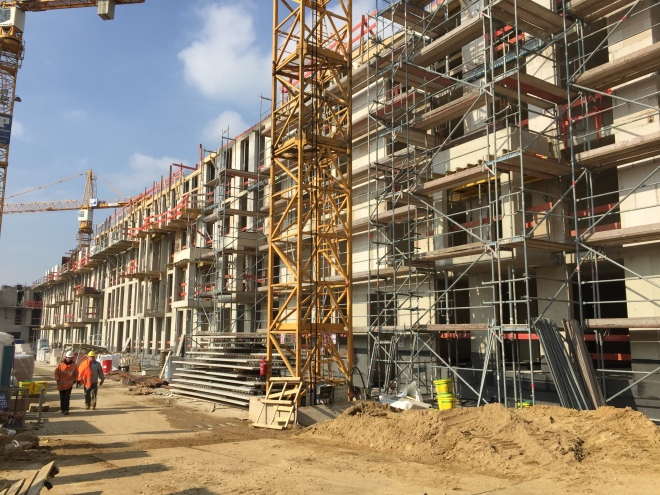 Wo sich noch vor Jahren das Finanzsamt Aachen-Stadt befand, werden jetzt Wohnungen hochgezogen. Und nicht nur da. Die Stadt macht sich bereit zum Wachsen. Eine erfreuliche Entwicklung.