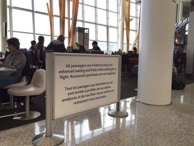 Hinweise in zwei Sprachen am Flughafen. In Deutschland undenkbar.