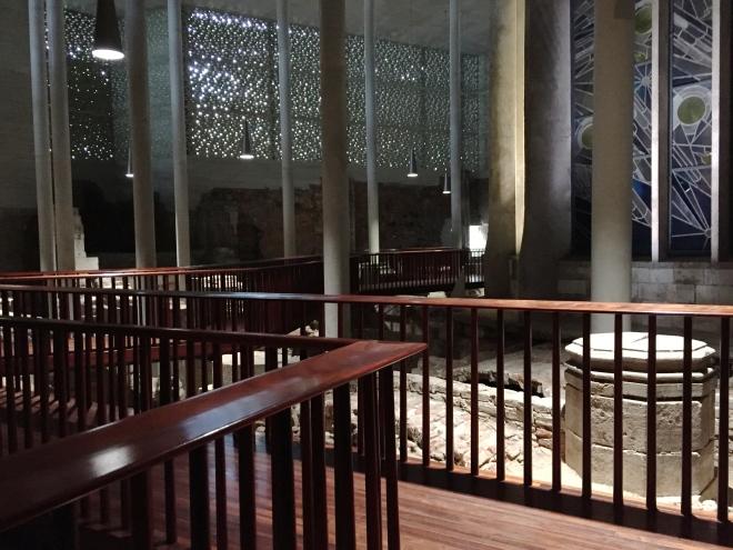 Ausgrabungen haus der Römerzeit, Ruinen einer Kirche und die von Gottfried Böhm entworfene und errichtete Marinekapelle sind Teil eines Museumsneubaus von 2007 in Köln.