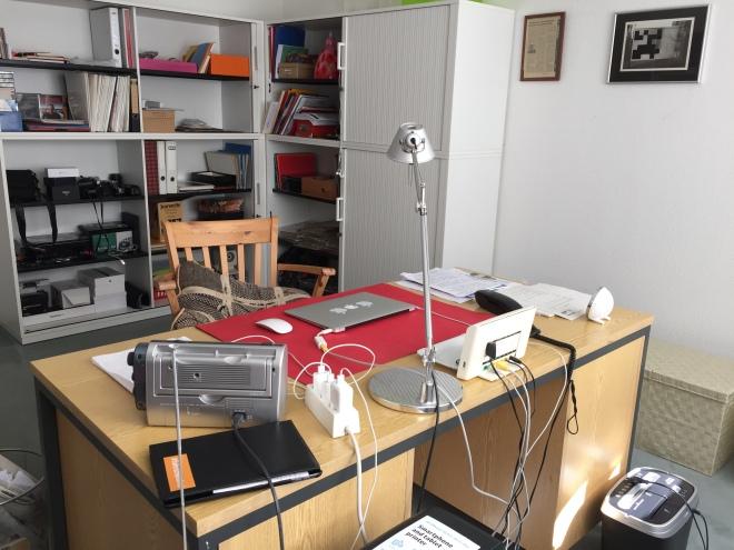 Wenn es schon mal aufgeräumt ist, darf es auch fotografiert werden: Das Arbeitszimmer. Es ist ein Prototyp und ist mit allerlei zweckmäßigemKrempel ausgestattet. Nichts lenkt ab, der Blick aus dem Fenster hilft, dass sich die Augen entspannen.