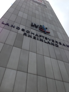 In diesem hohen Gebäude, das übrigens bald abgerissen wird, weil es den modernen Anforderungen an ein Bürohaus nicht mehr entspricht, befindet sich das Integrationsamt: Köln, Ottoplatz