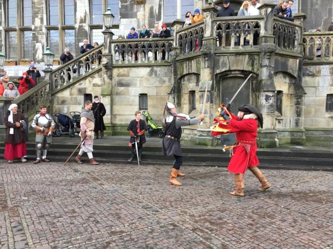 Spannende Kämpfe lieferten sich die Ritter zum Karlsfest vor dem Rathaus. Das Publikum amüsierte sich bestens.